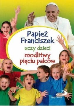 Papież Franciszek uczy dzieci modlitwy...